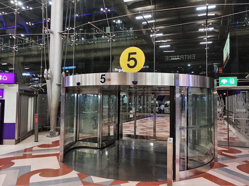 スワンナプーム空港 到着階2階の5番出口