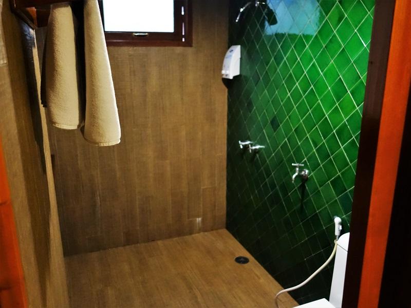 ダン ダゥーム ホテル(Dang Derm Hotel)客室トイレとシャワールーム