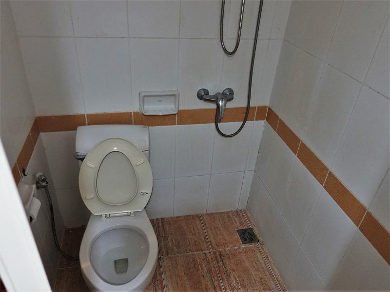 P.72 ホテル(P.72 Hotel)トイレとシャワールーム