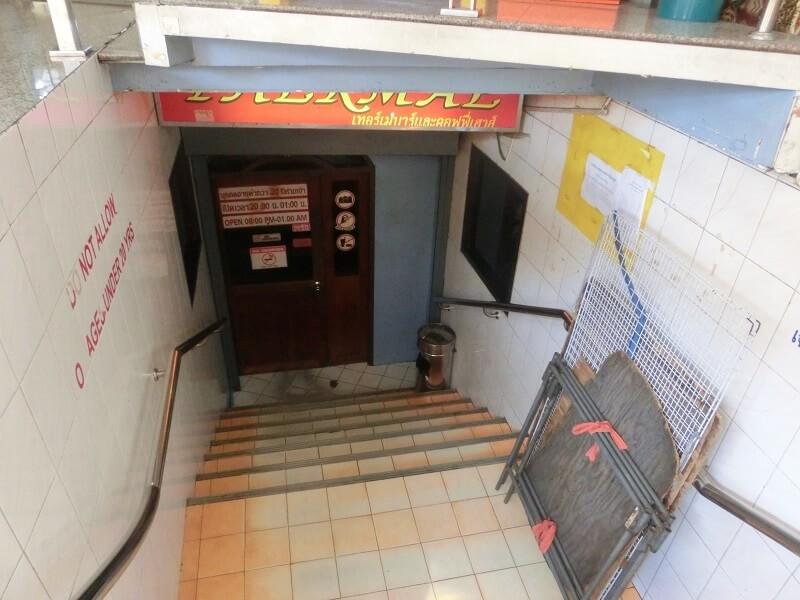 テーメーカフェ入口へ続く階段