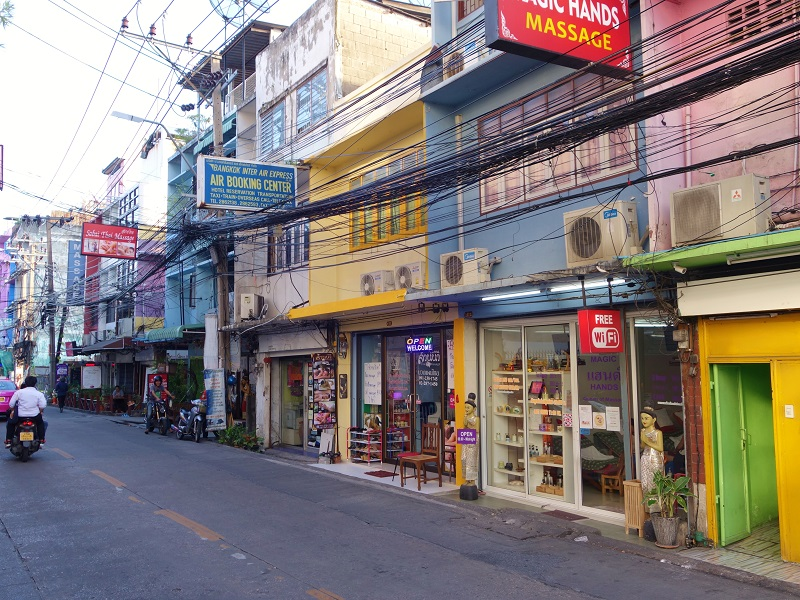 カフェやマッサージ屋が並ぶソイ シバンフェン(Soi Si Bamphen)