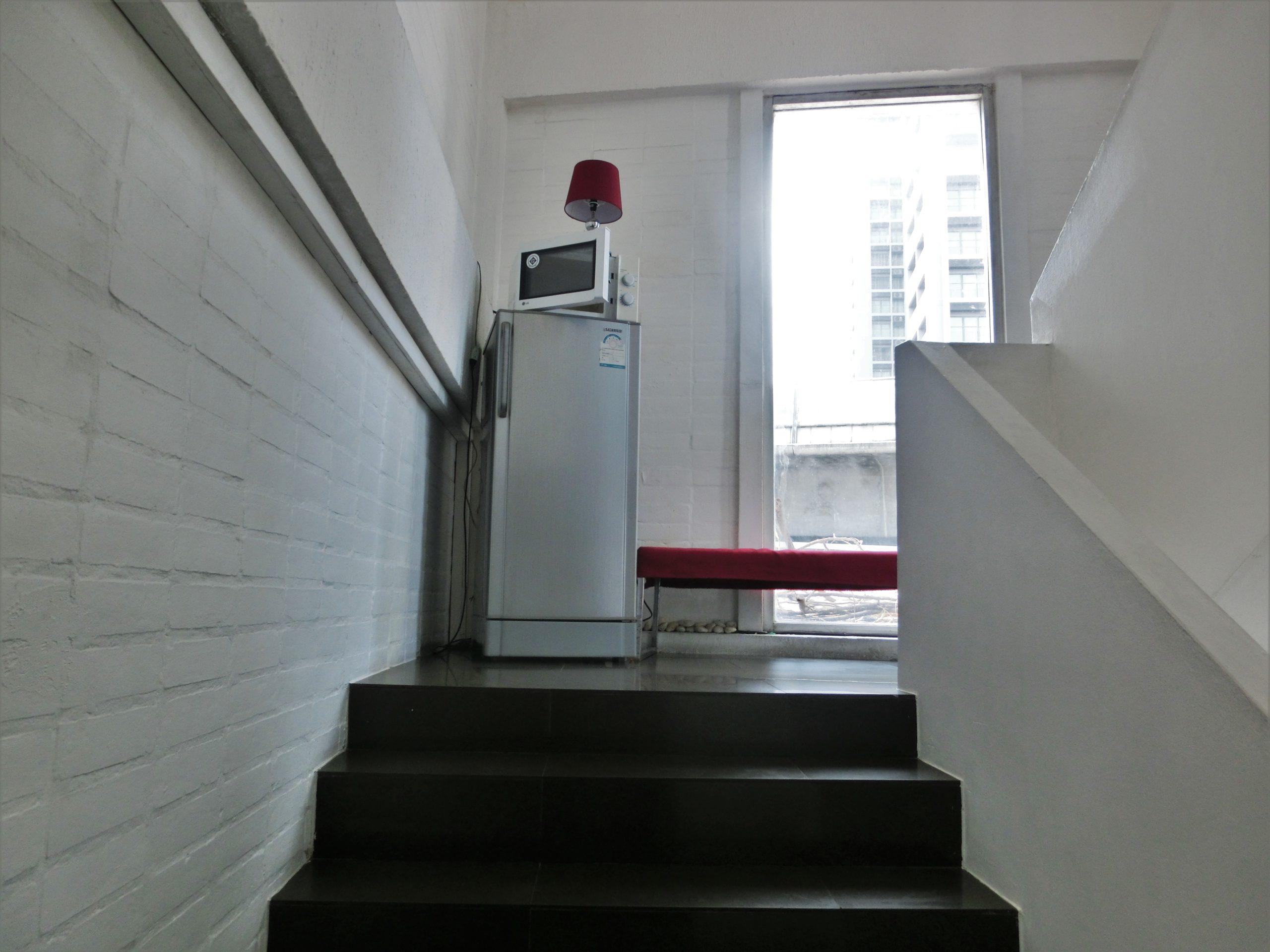 パディ マディ ゲストハウス(Padi Madi Guest House)に置いてある共用の冷蔵庫と電子レンジ